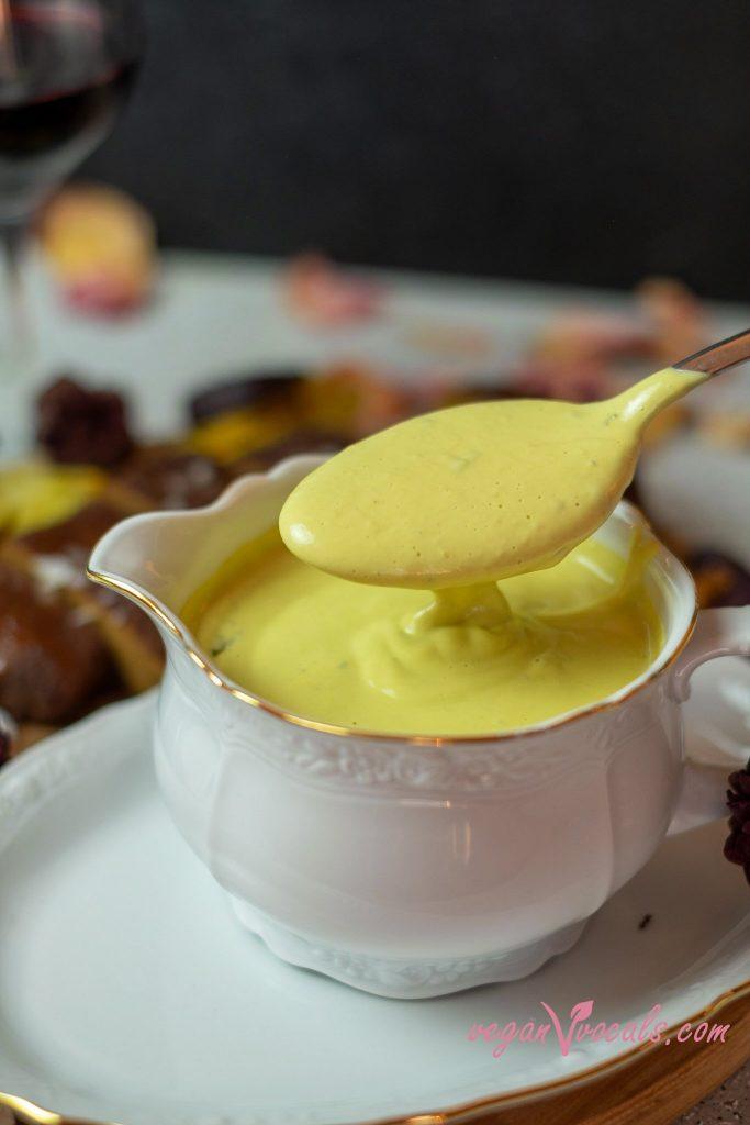 nuestra salsa béarnaise vegana acompañada de nuestros churrascos veganos y vino tinto!