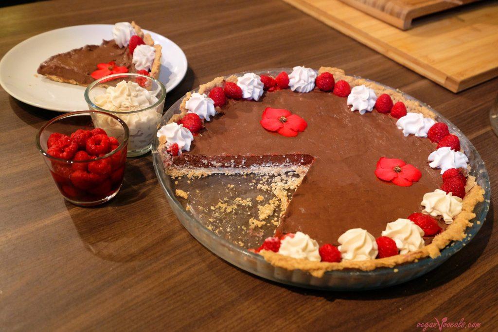 La mejor Nata Vegana del Mundo (Extra Firme: Natural y con Sabor a Frambuesa) en nuestro pastel vegano de chocolate